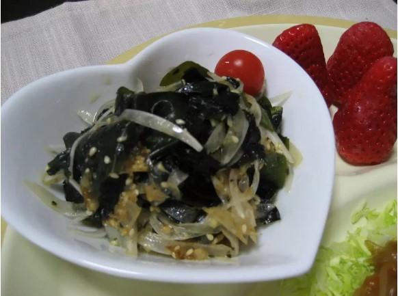 新玉ねぎと海草の韓国風サラダ