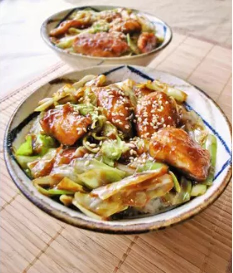 キャベツと鶏胸肉のピリ辛味噌丼!回鍋肉風