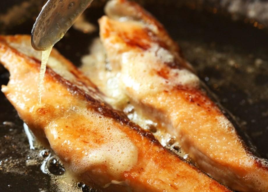 鮭のムニエルのレシピ~洋食店のように仕上げる焼き方のコツ 【シェフ直伝】